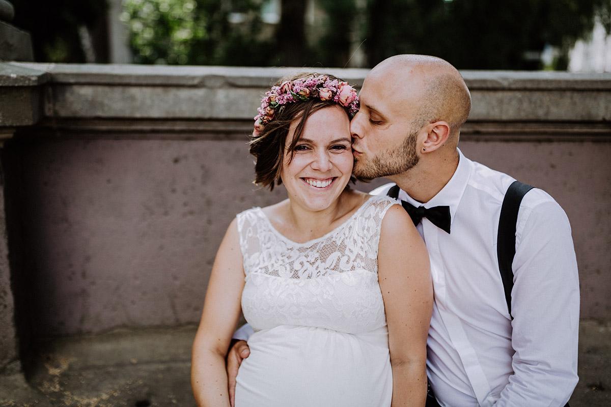 Idee Pose Hochzeitsfoto schwanger heiraten - Hochzeitsfotograf Standesamt Rathaus Schöneberg © www.hochzeitslicht.de