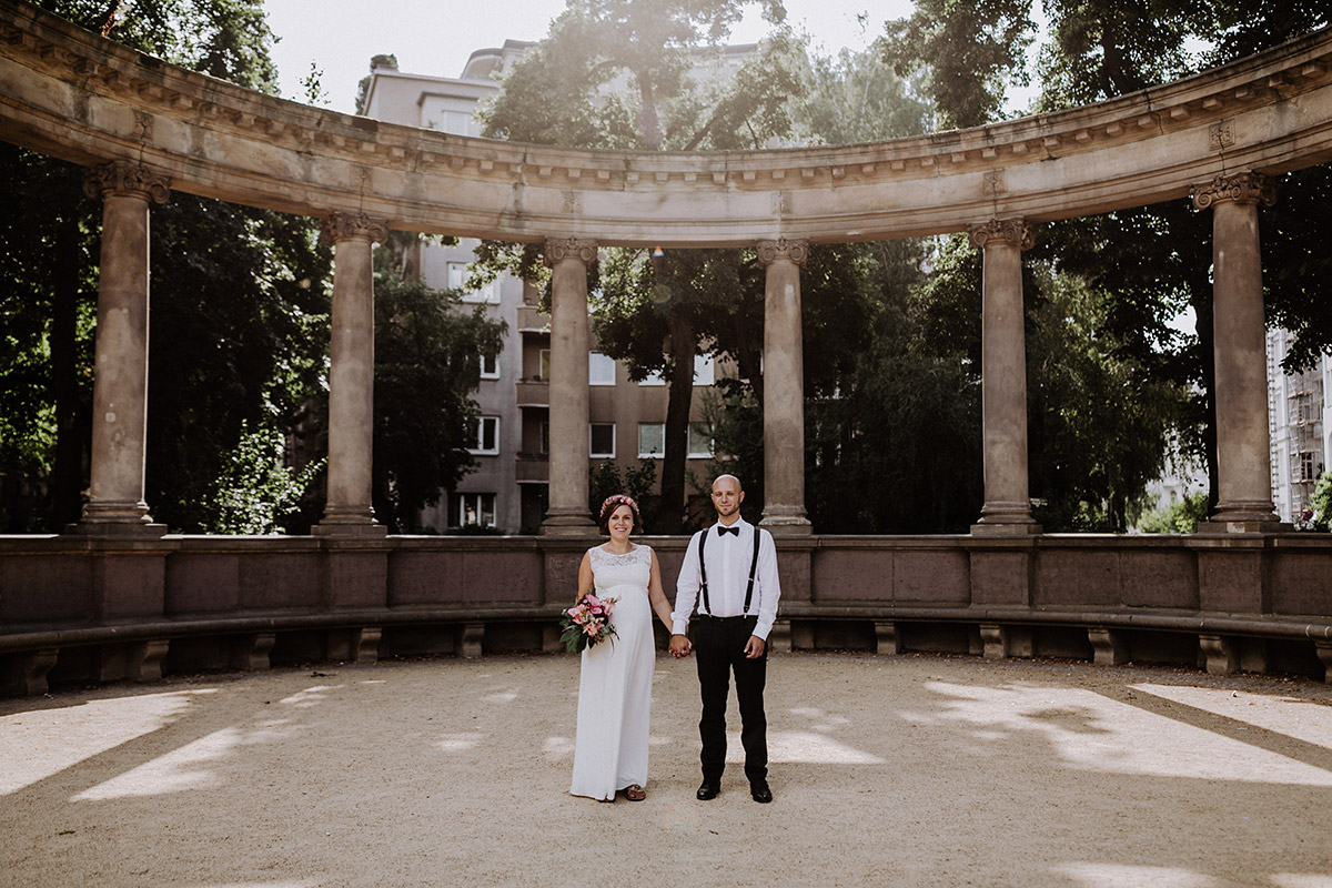 Posing Hochzeitsfotos schwanger Heiraten - Hochzeitsfotograf Standesamt Rathaus Schöneberg © www.hochzeitslicht.de