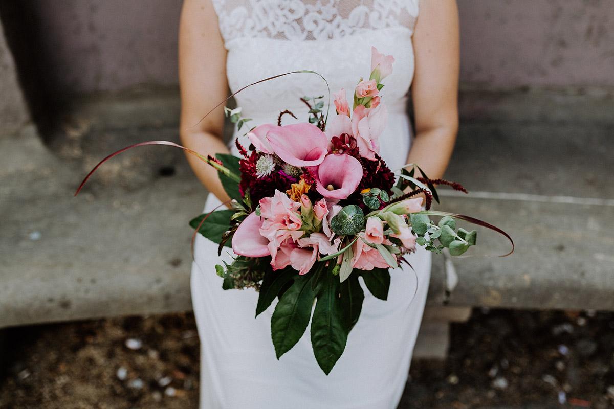 Brautstrauß Standesamt Hochzeit im Sommer mit rosa Calla Lilien und Eukalyptus - Hochzeitsfotograf Standesamt Rathaus Schöneberg © www.hochzeitslicht.de