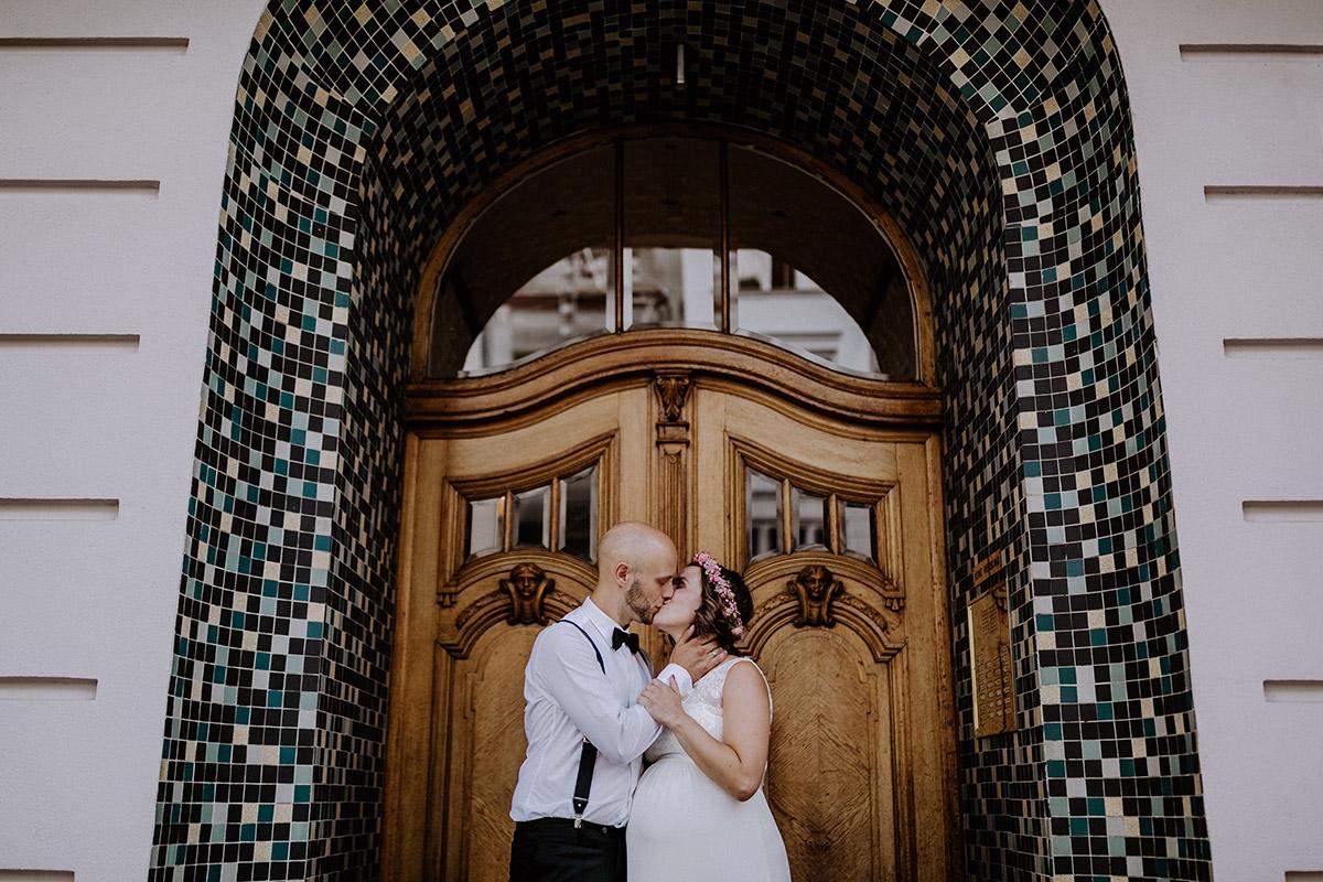 Posieren Brautpaarfoto Hochzeit Standesamt - Hochzeitsfotograf Standesamt Rathaus Schöneberg © www.hochzeitslicht.de