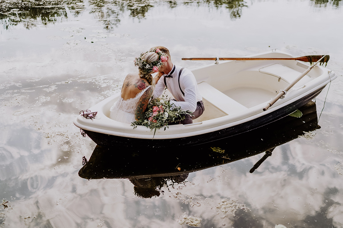 Hochzeitsfoto Brautpaar Heiraten am See Brandenburg - Standesamt Hochzeit am Wasser in Seelodge von Hochzeitsfotograf Brandenburg © www.hochzeitslicht.de