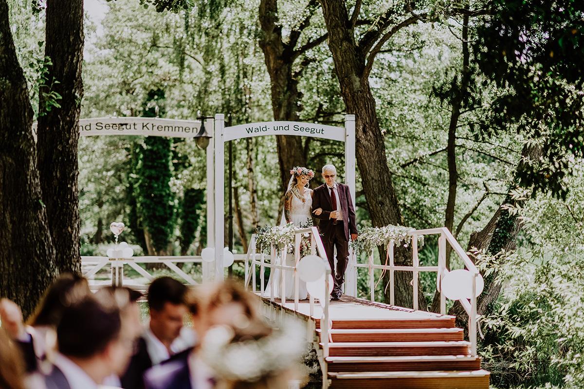 Hochzeitsfoto Einzug Braut bei standesamtlicher Trauung Seelodge Kremmen - Standesamt Hochzeit am Wasser in Seelodge von Hochzeitsfotograf Brandenburg © www.hochzeitslicht.de
