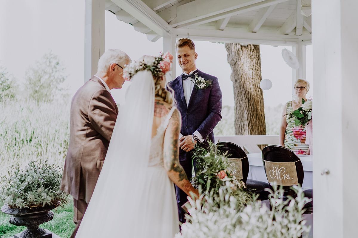 Hochzeitsfoto Einzug Boho-Braut bei standesamtlicher Hochzeit Seelodge Kremmen - Standesamt Hochzeit am Wasser in Seelodge von Hochzeitsfotograf Brandenburg © www.hochzeitslicht.de