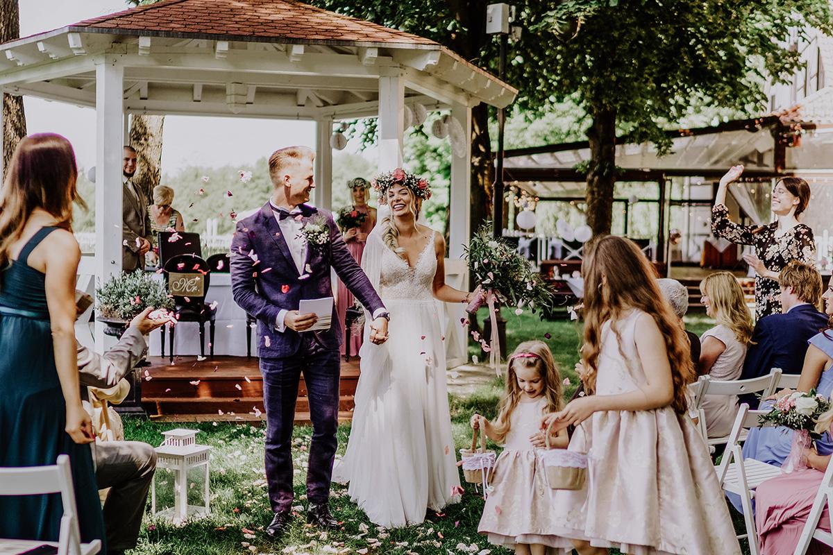 Hochzeitsfoto Auszug Brautpaar standesamtliche Hochzeit am See Seelodge Kremmen - Standesamt Hochzeit am Wasser in Seelodge von Hochzeitsfotograf Brandenburg © www.hochzeitslicht.de
