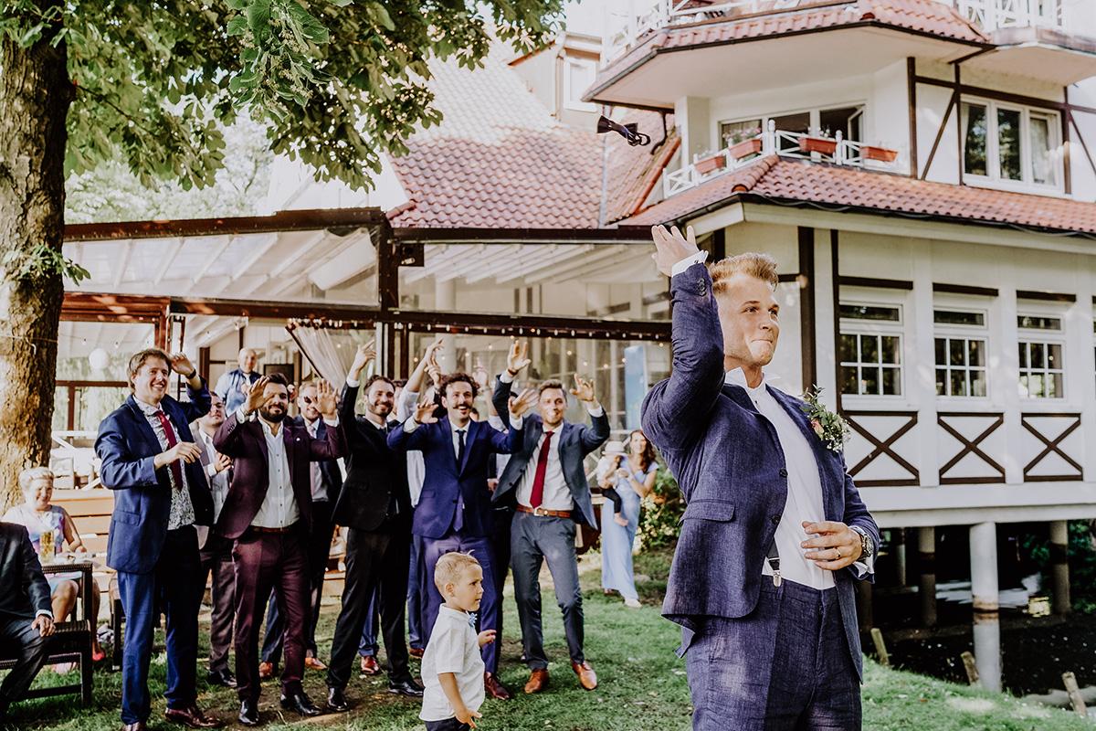 Hochzeitsfoto Seehochzeit Seelodge Kremmen Bräutigam beim Werfen von Fliege - Standesamt Hochzeit am Wasser in Seelodge von Hochzeitsfotograf Brandenburg © www.hochzeitslicht.de