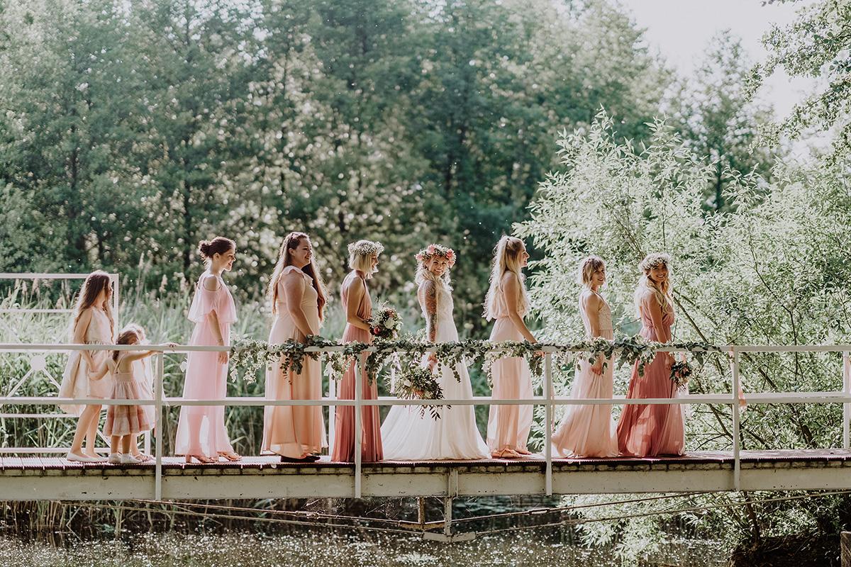 Inspiration Hochzeitsfotoshooting mit Brautjungfern und Blumenmädchen in passenden Kleidern in pastell rosa bei Hochzeitsfeier am Wasser - Standesamt Hochzeit am Wasser in Seelodge von Hochzeitsfotograf Brandenburg © www.hochzeitslicht.de