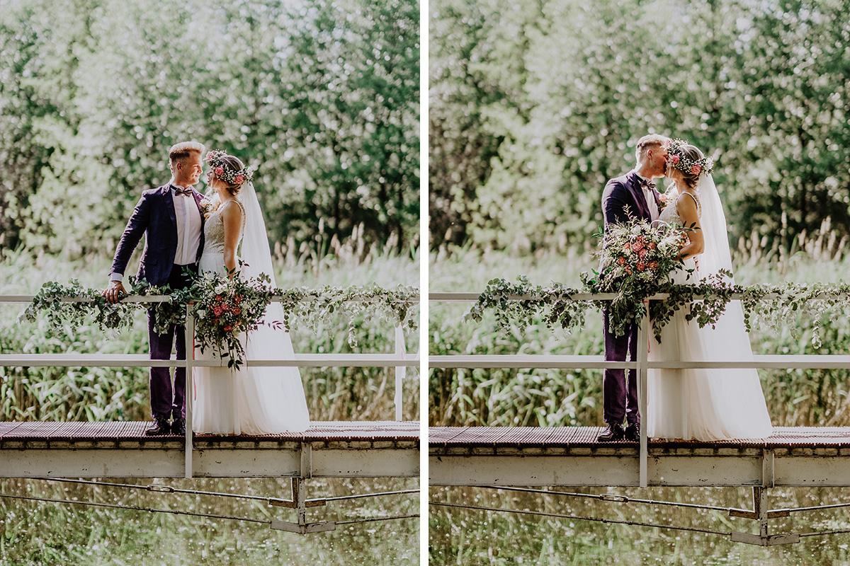 Idee Posing Brautpaar Hochzeitsfotoshooting am See Boho Hochzeit Seelodge Kremmen - Standesamt Hochzeit am Wasser in Seelodge von Hochzeitsfotograf Brandenburg © www.hochzeitslicht.de