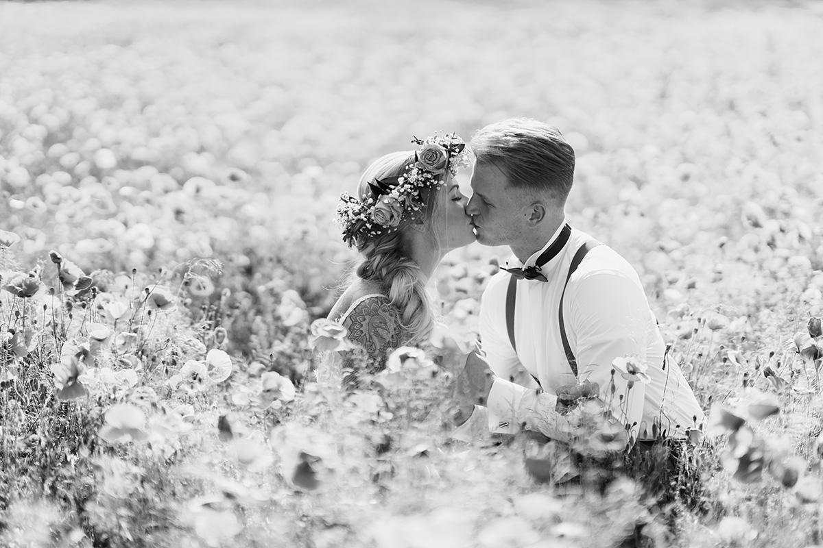 Hochzeitsfotos Brautpaar Boho-Hochzeitsfotografin Brandenburg - Standesamt Hochzeit am Wasser in Seelodge von Hochzeitsfotograf Brandenburg © www.hochzeitslicht.de