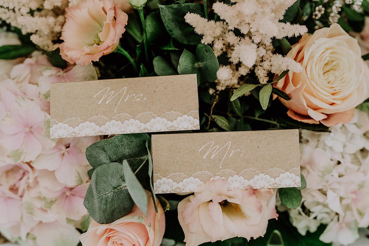 Hochzeitsfoto DIY Tischkarten Karton und Spitze bei Boho Sommerhochzeit - Standesamt Hochzeit am Wasser in Seelodge von Hochzeitsfotograf Brandenburg © www.hochzeitslicht.de