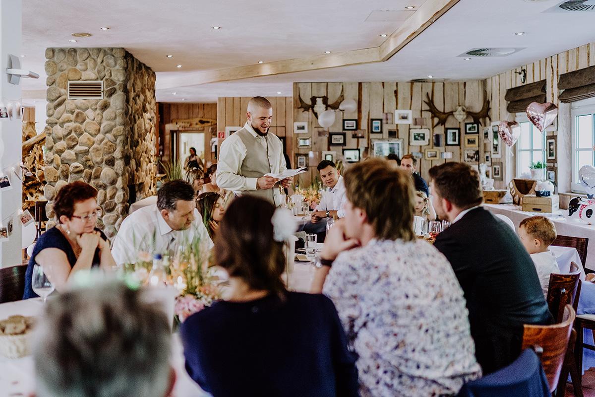 Hochzeitsreportage von Hochzeitsfeier am See Brandenburg bei Reden Gästen - Standesamt Hochzeit am Wasser in Seelodge von Hochzeitsfotograf Brandenburg © www.hochzeitslicht.de