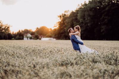 Idee natürliche Brautpaarfotos Sonnenuntergang - vintage Spreewaldhochzeit Hotel zur Bleiche Hochzeitsfotograf und Hochzeitsvideo Berlin © www.hochzeitslicht.de