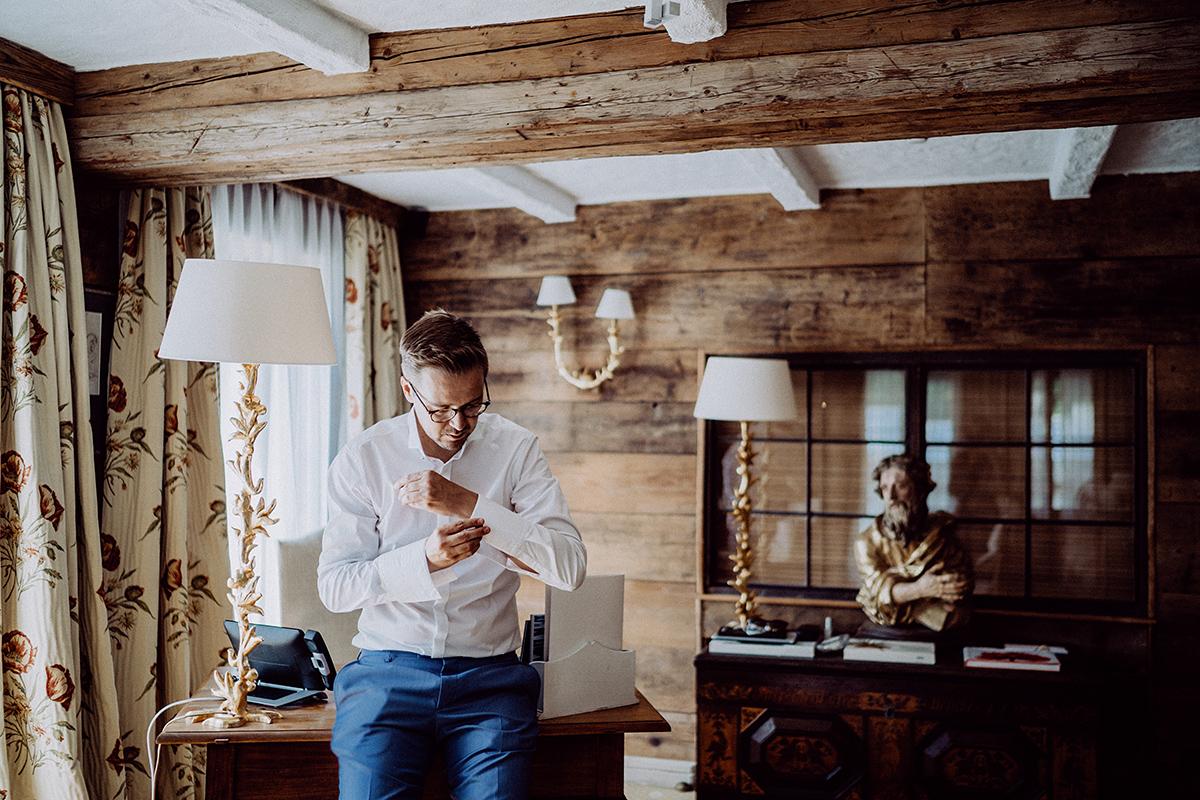 Hochzeitsfotografie Getting Ready Bräutigam rustikale Hochzeit - vintage Spreewaldhochzeit Hotel zur Bleiche Hochzeitsfotograf und Hochzeitsvideo Berlin © www.hochzeitslicht.de