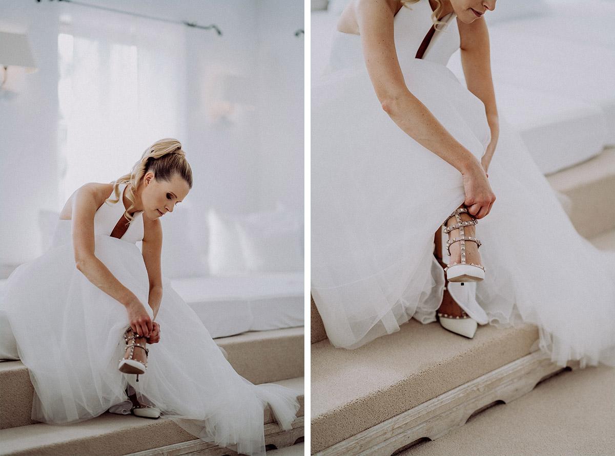 Inspiration Hochzeitsfotos Ankleiden Braut weiße Brautschuhe mit Nieten Valentino - vintage Spreewaldhochzeit Hotel zur Bleiche Hochzeitsfotograf und Hochzeitsvideo Berlin © www.hochzeitslicht.de