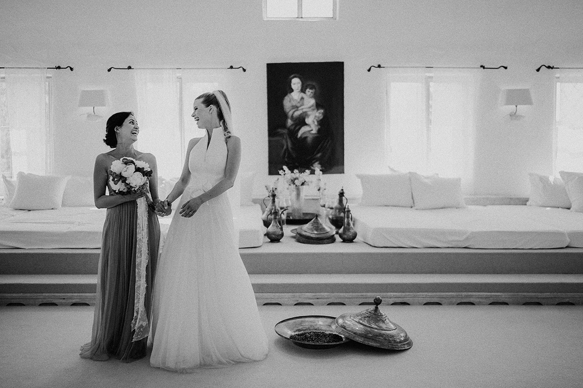 Idee natürliches Hochzeitsfoto Braut mit Brautjungfer Getting Ready - vintage Spreewaldhochzeit Hotel zur Bleiche Hochzeitsfotograf und Hochzeitsvideo Berlin © www.hochzeitslicht.de