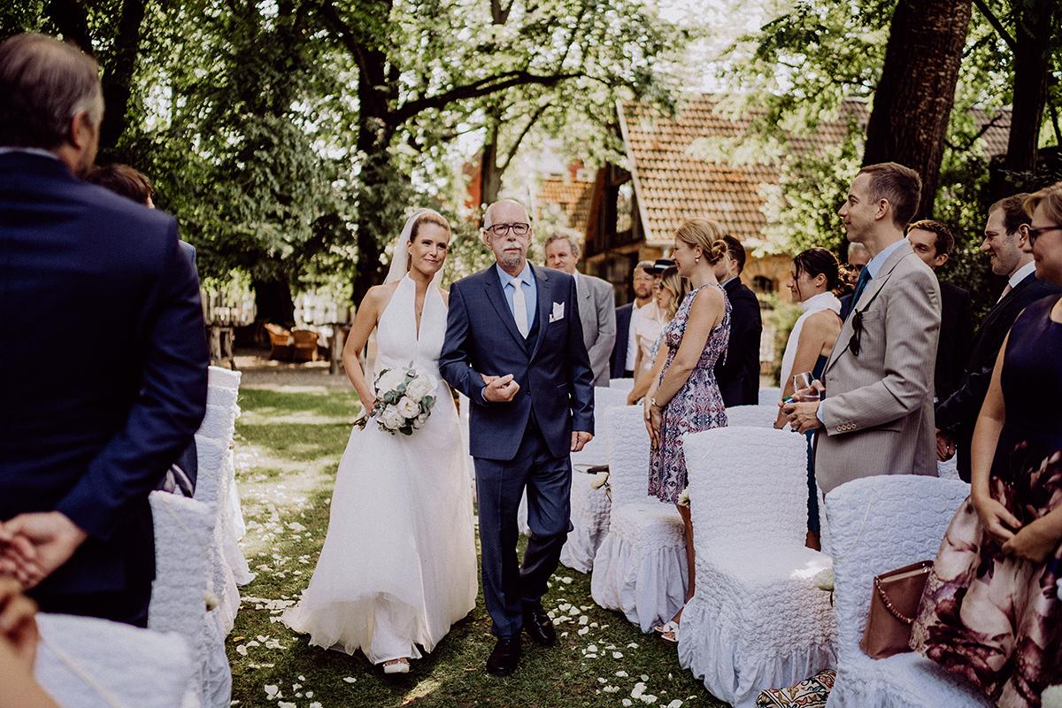 Hochzeitsfotografie Einzug Braut freie Trauung auf Wiese - vintage Spreewaldhochzeit Hotel zur Bleiche Hochzeitsfotograf und Hochzeitsvideo Berlin © www.hochzeitslicht.de