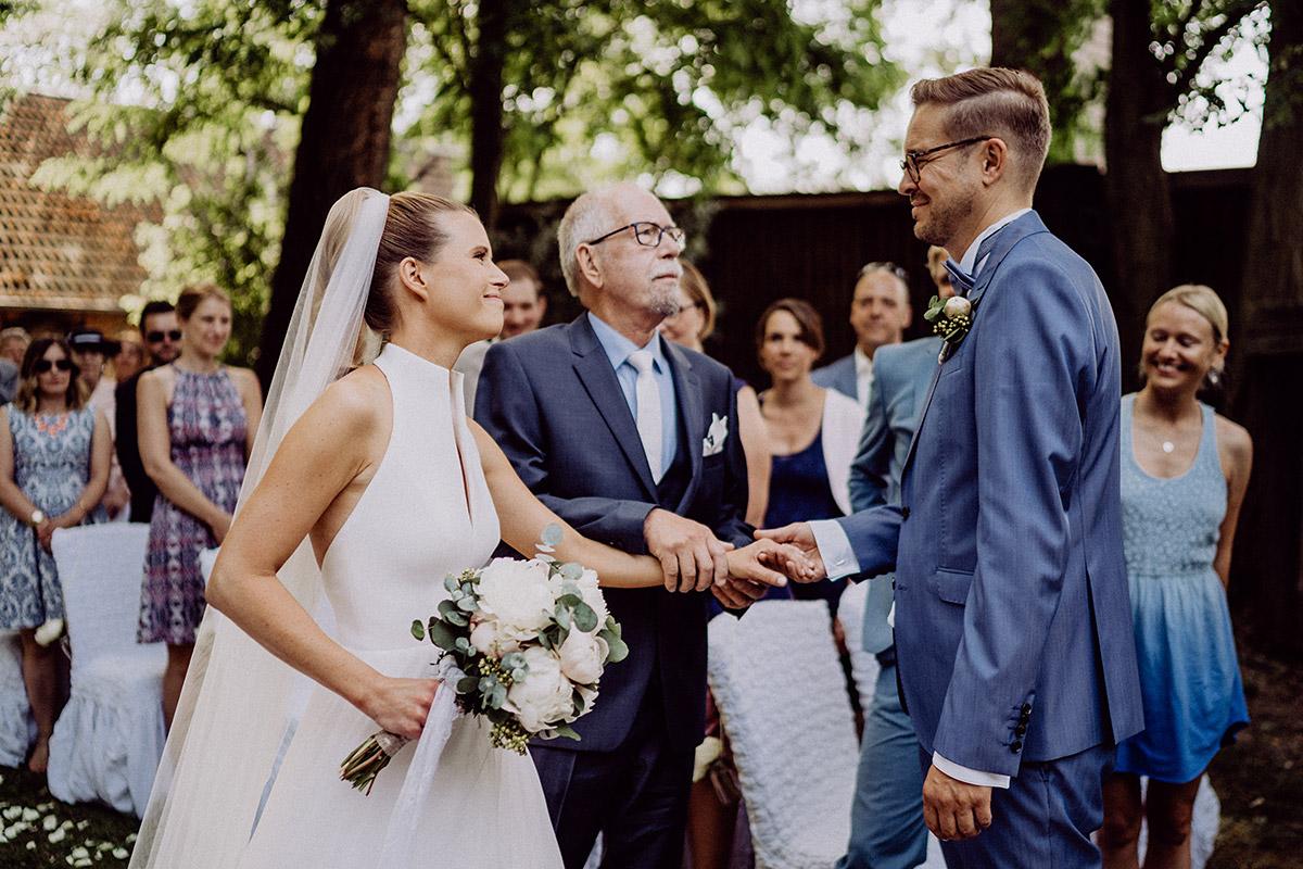 Hochzeitsreportage freie Trauung im Freien - vintage Spreewaldhochzeit Hotel zur Bleiche Hochzeitsfotograf und Hochzeitsvideo Berlin © www.hochzeitslicht.de