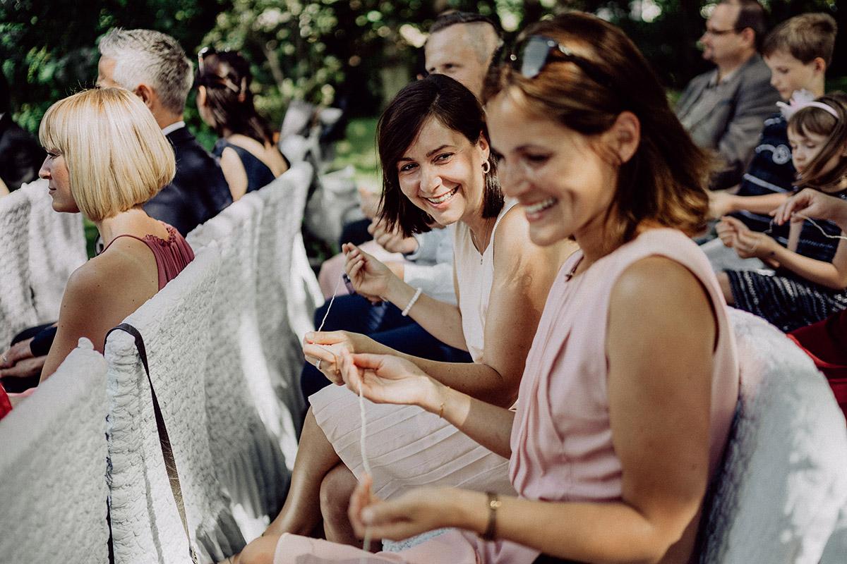 Idee freie Trauung Übergabe Ringe an Schnur - vintage Spreewaldhochzeit Hotel zur Bleiche Hochzeitsfotograf und Hochzeitsvideo Berlin © www.hochzeitslicht.de