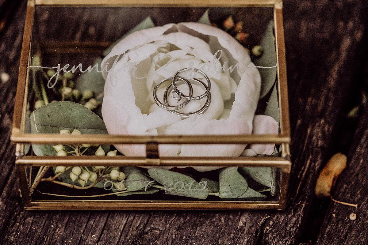 Inspiration Schatulle für Ringe Kästchen aus Metall und Glas mit Blumen Alternative zu Ringkissen - vintage Spreewaldhochzeit Hotel zur Bleiche Hochzeitsfotograf und Hochzeitsvideo Berlin © www.hochzeitslicht.de