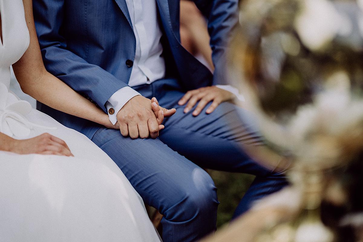Idee natürliches Hochzeitsfoto Hände Brautpaar - vintage Spreewaldhochzeit Hotel zur Bleiche Hochzeitsfotograf und Hochzeitsvideo Berlin © www.hochzeitslicht.de