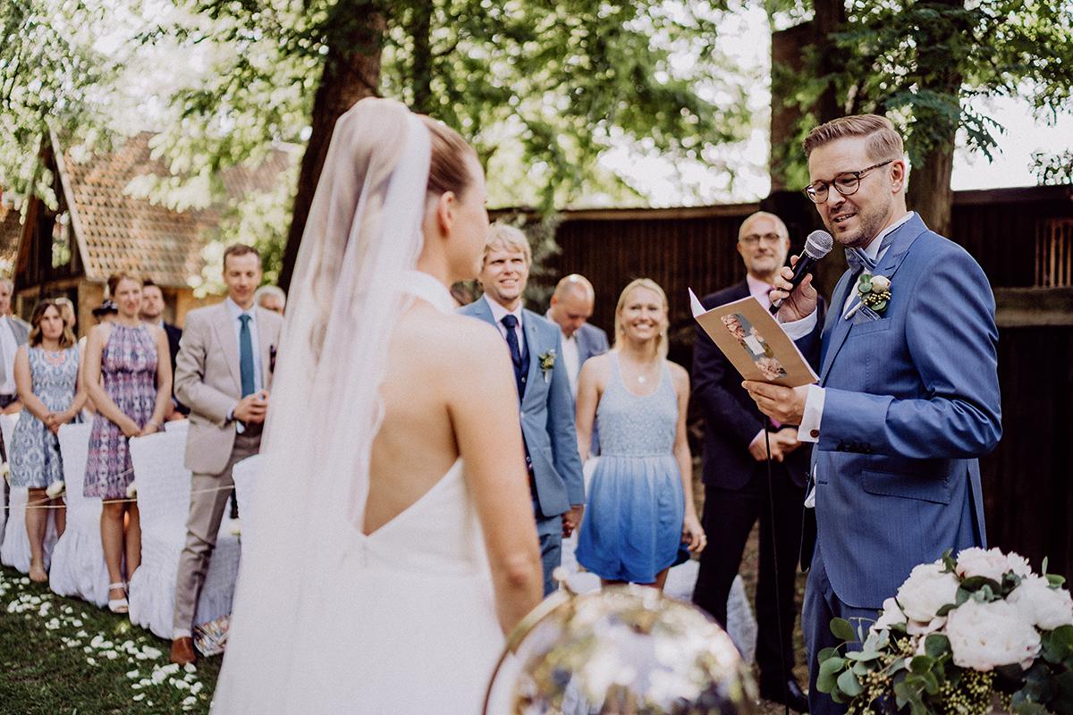 Hochzeitsfoto freie Trauung auf Wiese Ja-Wort - vintage Spreewaldhochzeit Hotel zur Bleiche Hochzeitsfotograf und Hochzeitsvideo Berlin © www.hochzeitslicht.de