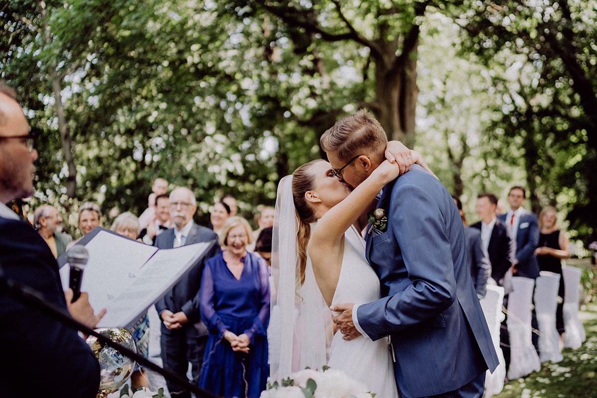 Hochzeitsfotografie Ja-Wort freie Trauung unter freiem Himmel - vintage Spreewaldhochzeit Hotel zur Bleiche Hochzeitsfotograf und Hochzeitsvideo Berlin © www.hochzeitslicht.de