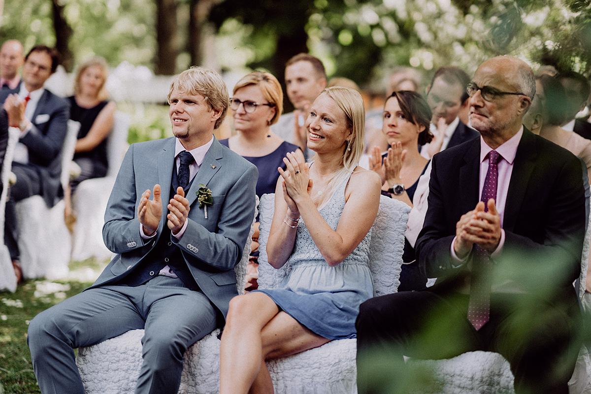 Hochzeitsfoto Gäste freie Trauung Sommerhochzeit - vintage Spreewaldhochzeit Hotel zur Bleiche Hochzeitsfotograf und Hochzeitsvideo Berlin © www.hochzeitslicht.de