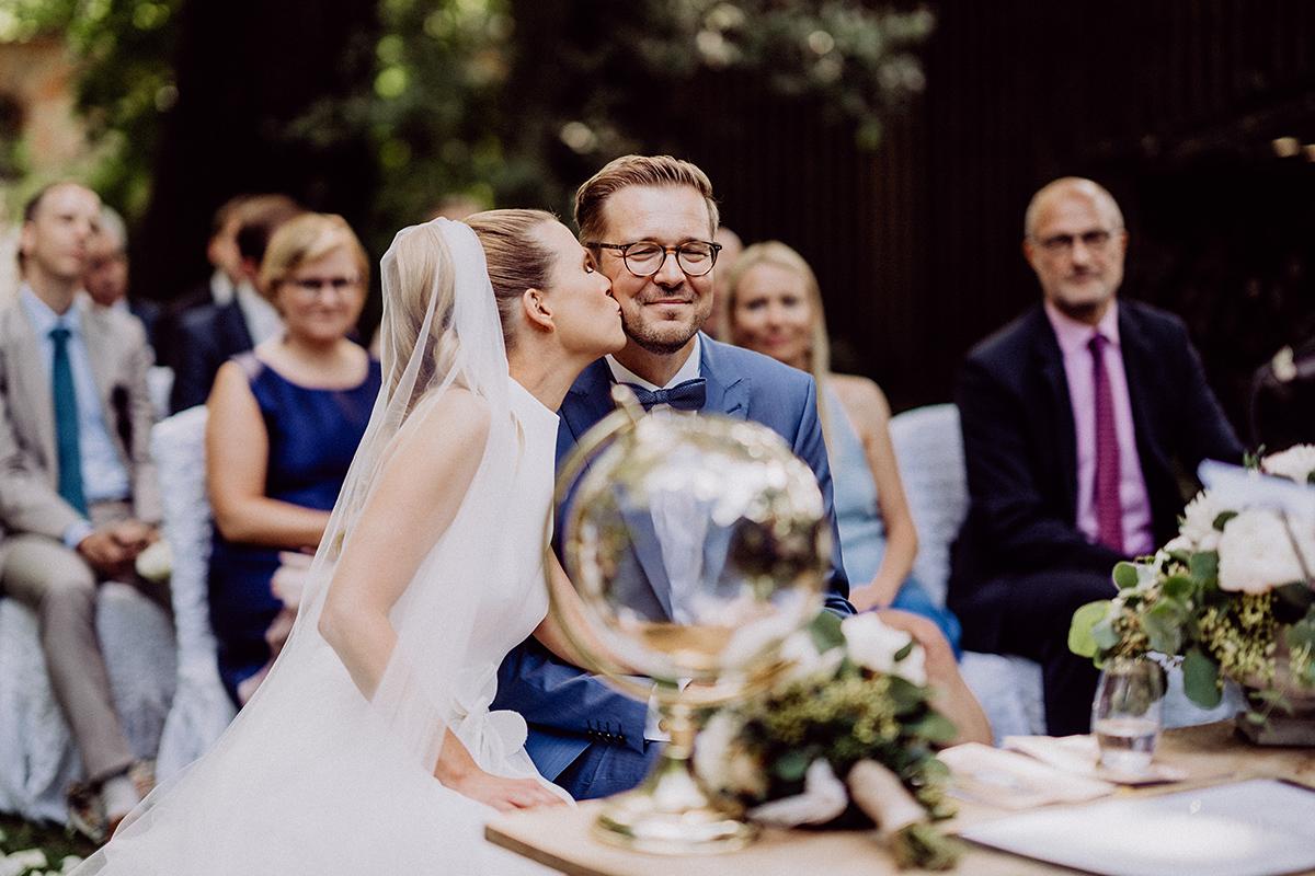 Idee ungestelltes Hochzeitsfoto Hochzeitspaar freie Trauung Sommer - vintage Spreewaldhochzeit Hotel zur Bleiche Hochzeitsfotograf und Hochzeitsvideo Berlin © www.hochzeitslicht.de