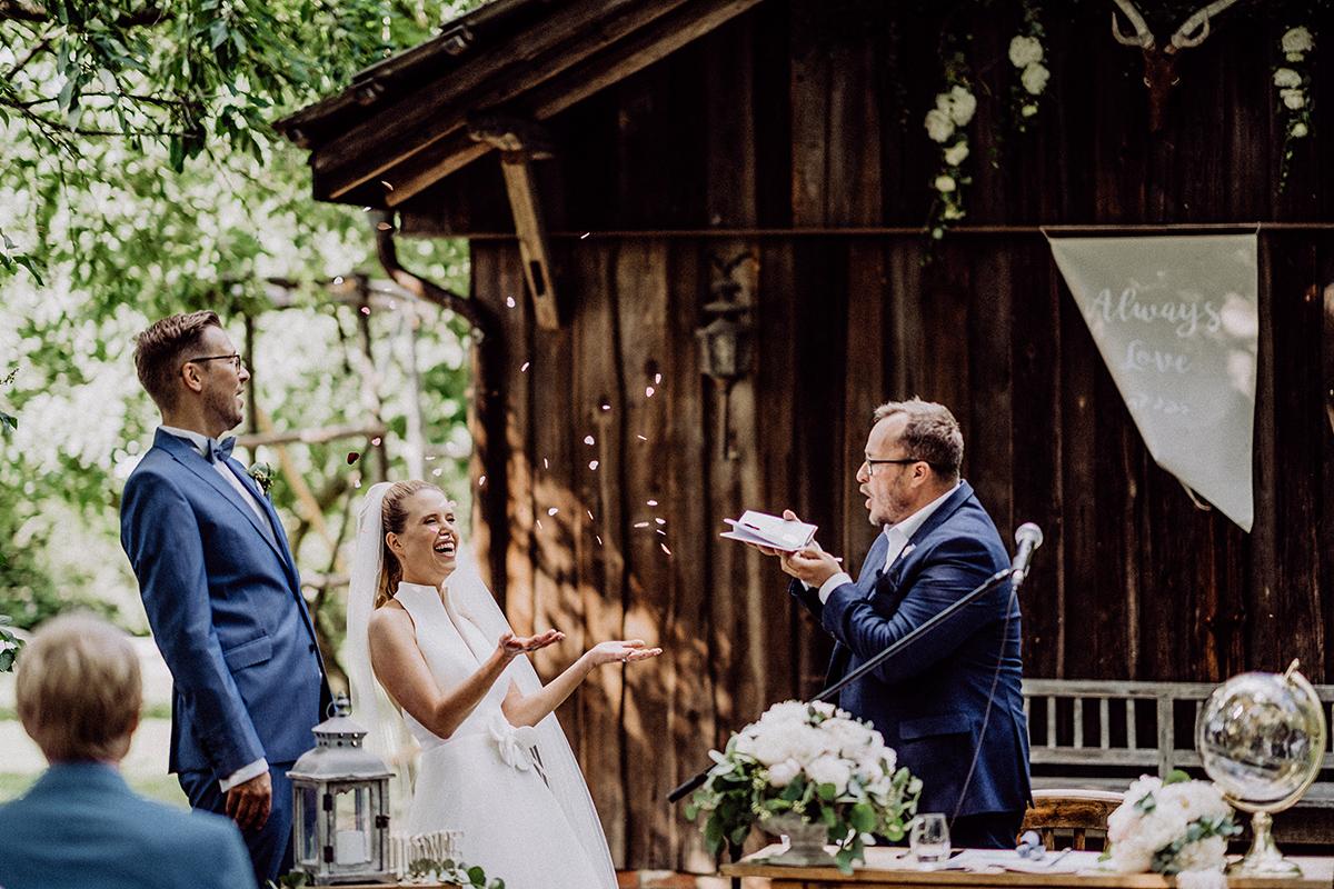 Idee Ritual freie Trauung Konfetti - vintage Spreewaldhochzeit Hotel zur Bleiche Hochzeitsfotograf und Hochzeitsvideo Berlin © www.hochzeitslicht.de