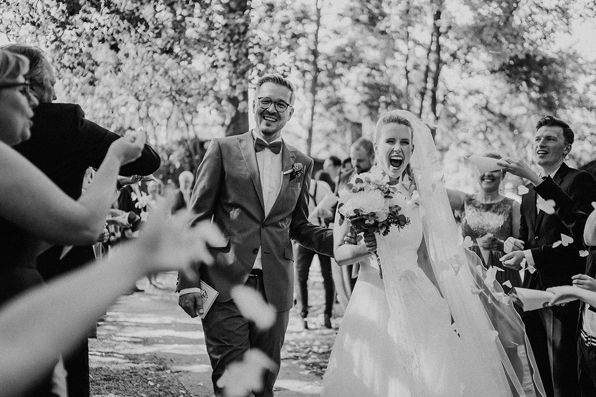 Hochzeitsfotograf Brandenburg Hochzeitsfoto Auszug Brautpaar - vintage Spreewaldhochzeit Hotel zur Bleiche Hochzeitsfotograf und Hochzeitsvideo Berlin © www.hochzeitslicht.de