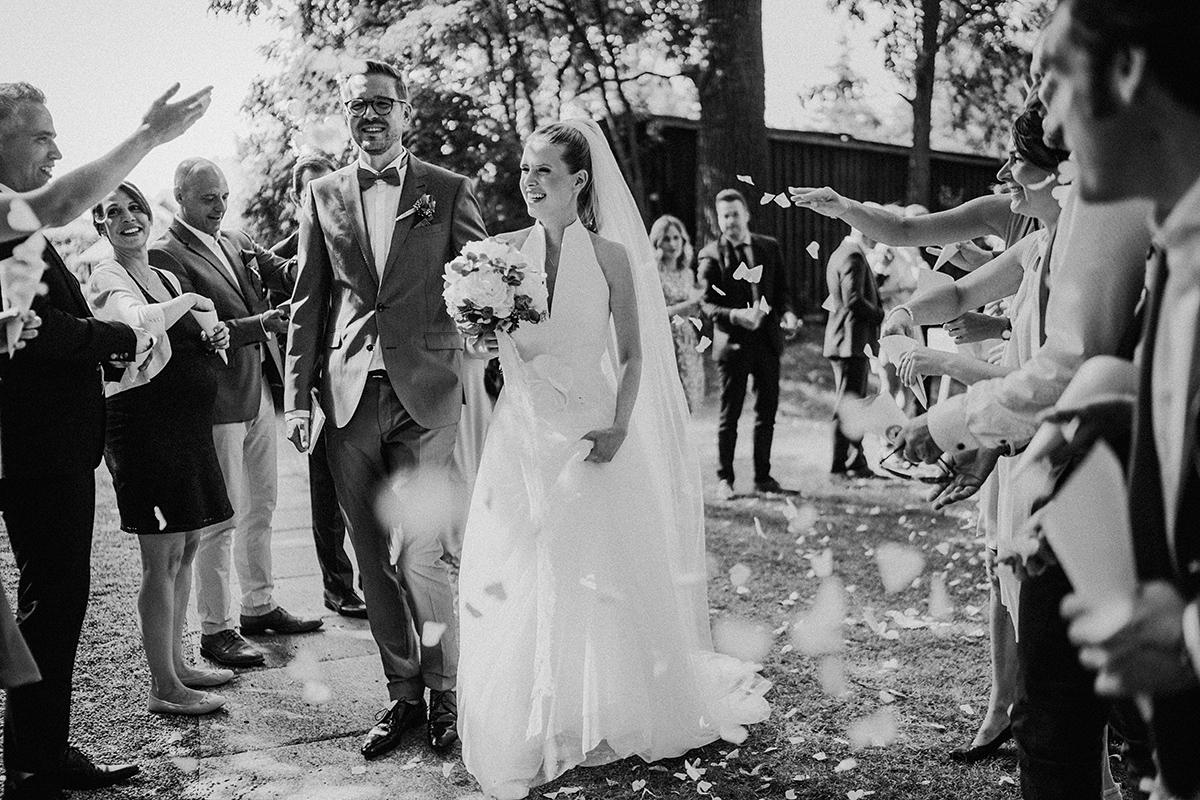 Idee Auszug Brautpaar freie Trauung Spalier Herzkonfetti- vintage Spreewaldhochzeit Hotel zur Bleiche Hochzeitsfotograf und Hochzeitsvideo Berlin © www.hochzeitslicht.de