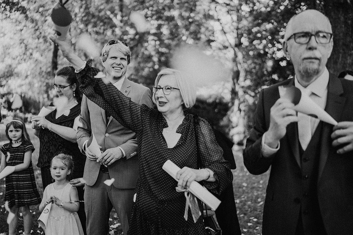 Inspiration Foto Gäste Hochzeit Auszug Brautpaar Konfetti Herzen - vintage Spreewaldhochzeit Hotel zur Bleiche Hochzeitsfotograf und Hochzeitsvideo Berlin © www.hochzeitslicht.de
