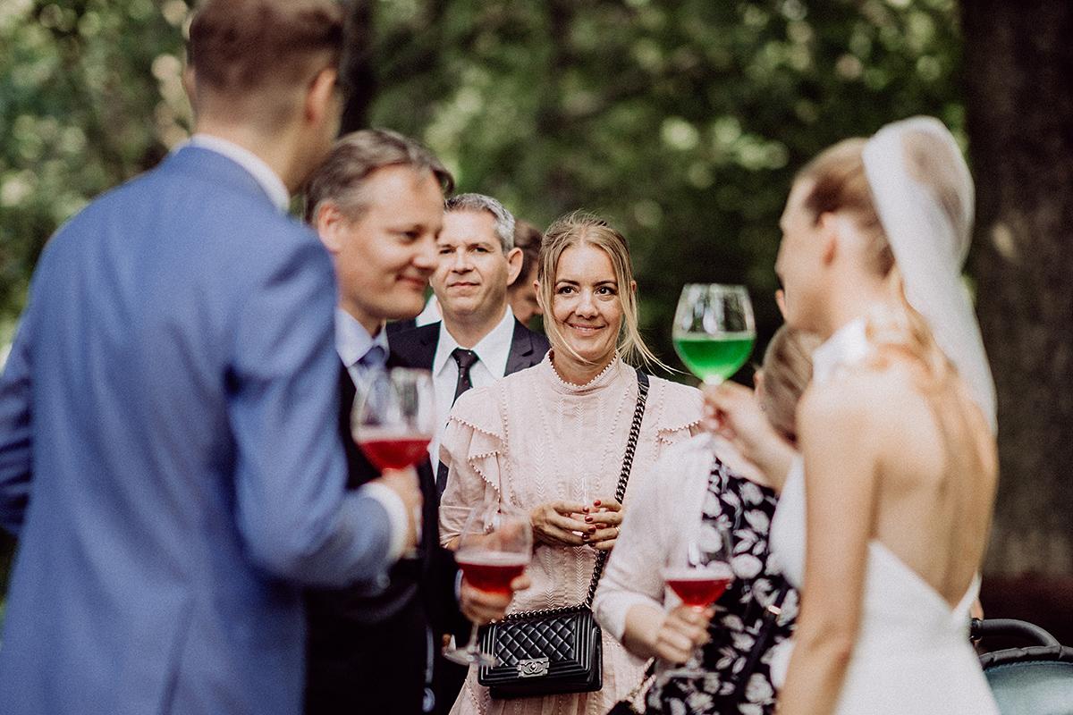 Hochzeitsreportagefoto Sektempfang nach freier Trauung - vintage Spreewaldhochzeit Hotel zur Bleiche Hochzeitsfotograf und Hochzeitsvideo Berlin © www.hochzeitslicht.de