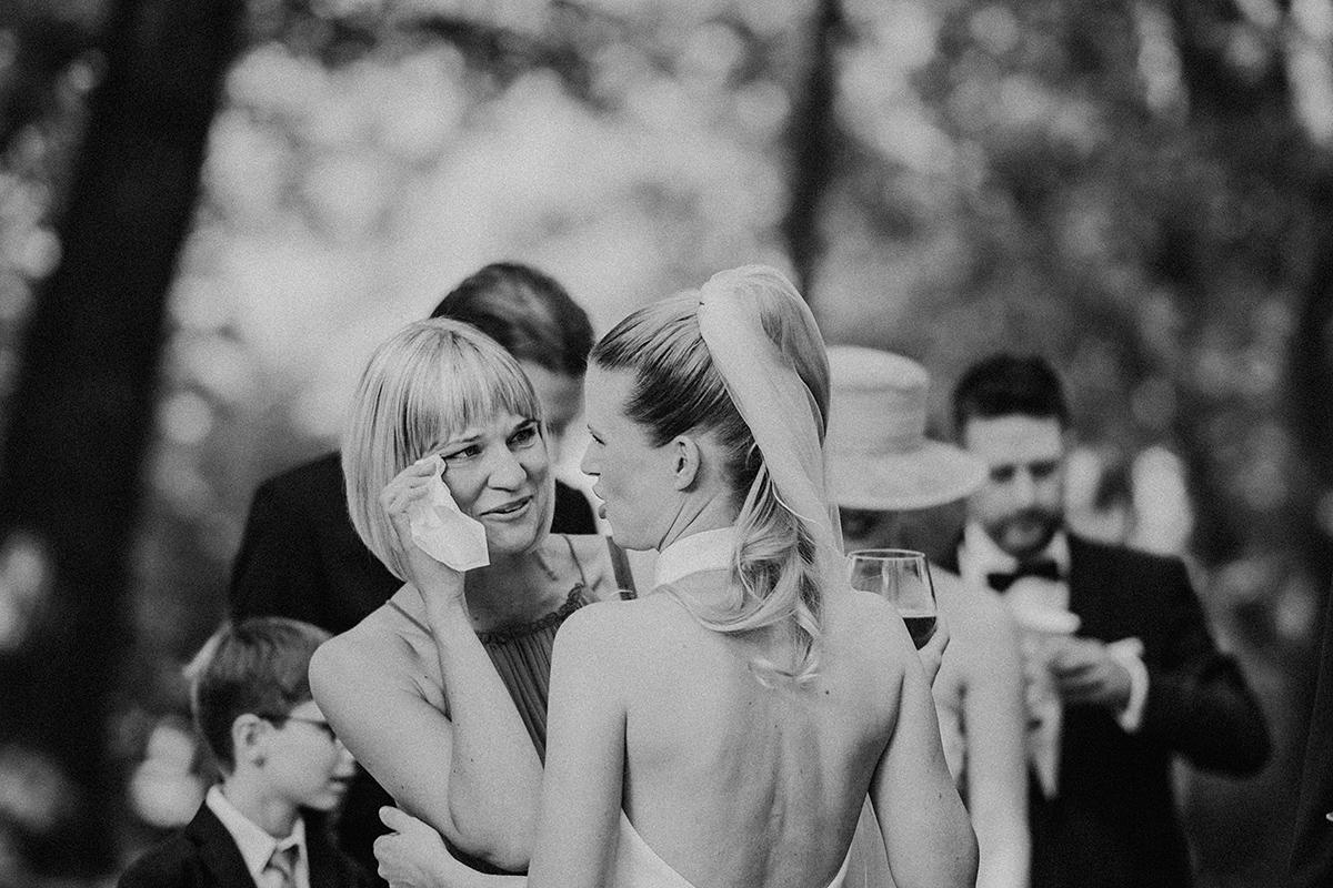 Hochzeitsreportage Braut mit Gästen Sommerhochzeit - vintage Spreewaldhochzeit Hotel zur Bleiche Hochzeitsfotograf und Hochzeitsvideo Berlin © www.hochzeitslicht.de