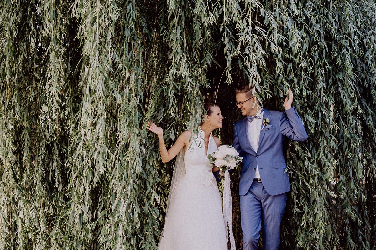 Idee Hochzeitsfotoshooting Brautpaar im Grünen - vintage Spreewaldhochzeit Hotel zur Bleiche Hochzeitsfotograf und Hochzeitsvideo Berlin © www.hochzeitslicht.de