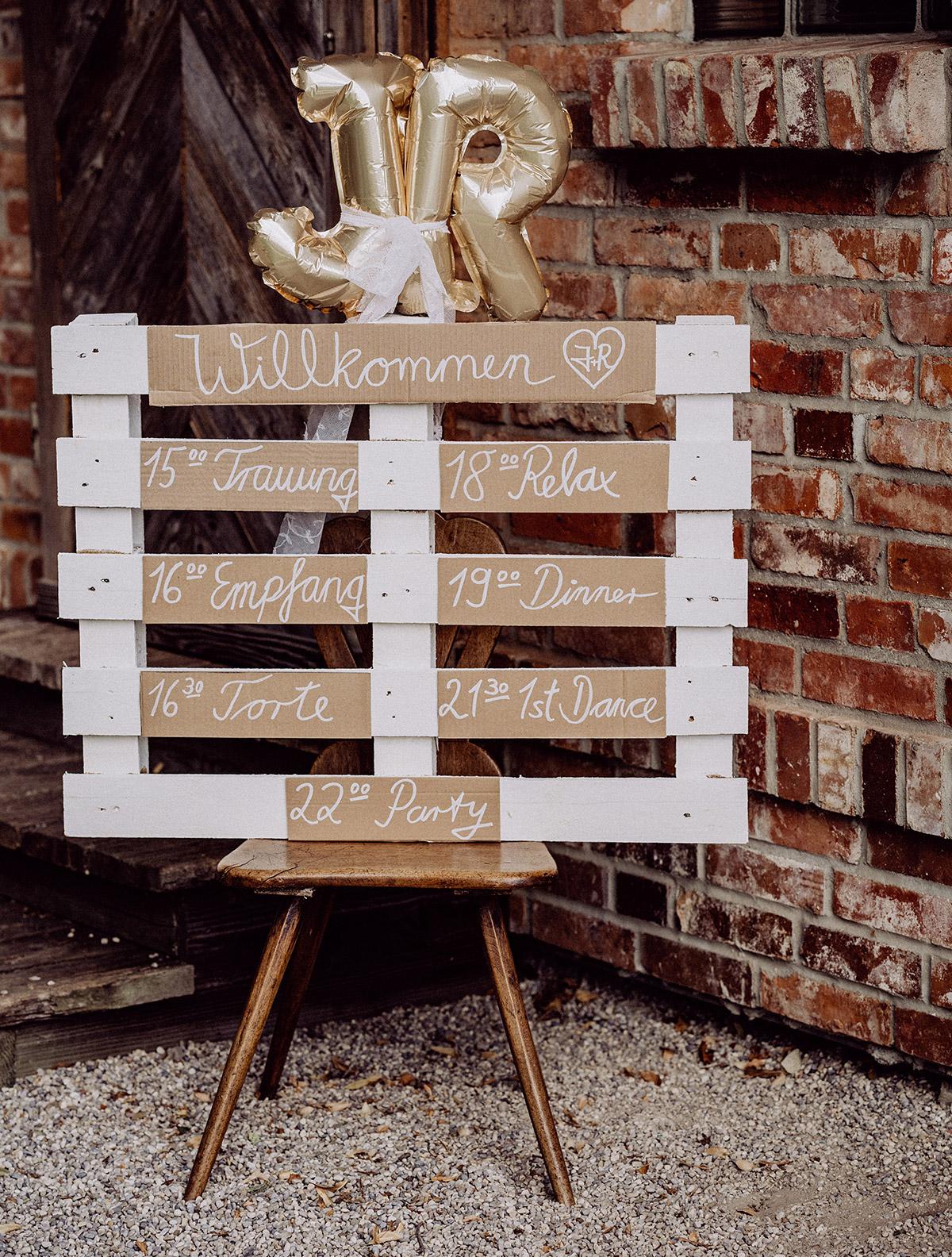 Idee Schild Ablaufplan Hochzeit Holz und Ballons Initialen Vintagehochzeit - vintage Spreewaldhochzeit Hotel zur Bleiche Hochzeitsfotograf und Hochzeitsvideo Berlin © www.hochzeitslicht.de