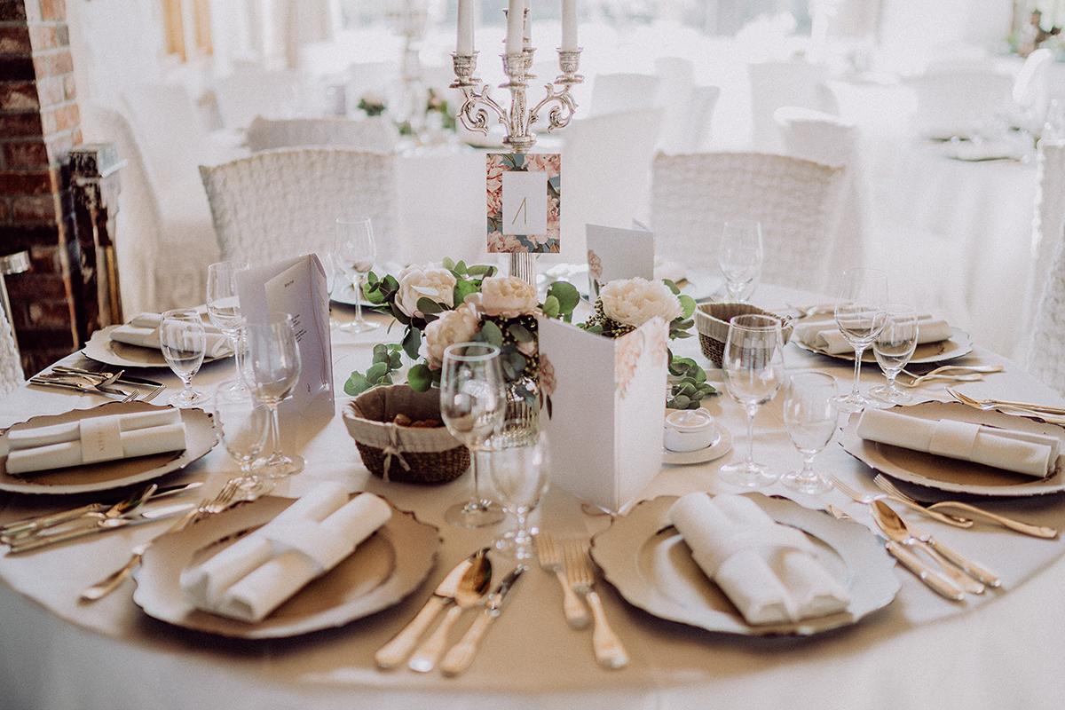 Inspiration Tischdekoration stilvolle Landhochzeit Sommer mit Blumen - vintage Spreewaldhochzeit Hotel zur Bleiche Hochzeitsfotograf und Hochzeitsvideo Berlin © www.hochzeitslicht.de