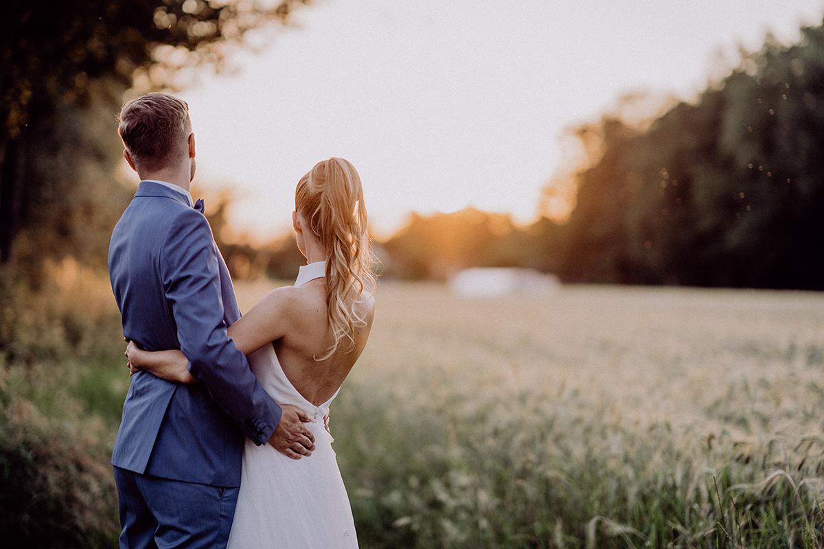 Idee Pose Hochzeitsfotoshooting Brautpaar Sonnenuntergang von hinten - vintage Spreewaldhochzeit Hotel zur Bleiche Hochzeitsfotograf und Hochzeitsvideo Berlin © www.hochzeitslicht.de