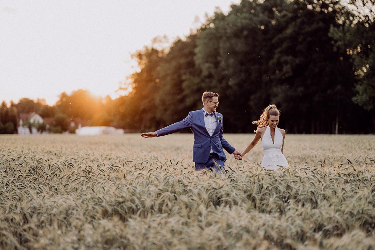 Posieren natürliches Hochzeitsfoto Brautpaar Fotoshooting Sonnenuntergang Landhochzeit Feld - vintage Spreewaldhochzeit Hotel zur Bleiche Hochzeitsfotograf und Hochzeitsvideo Berlin © www.hochzeitslicht.de
