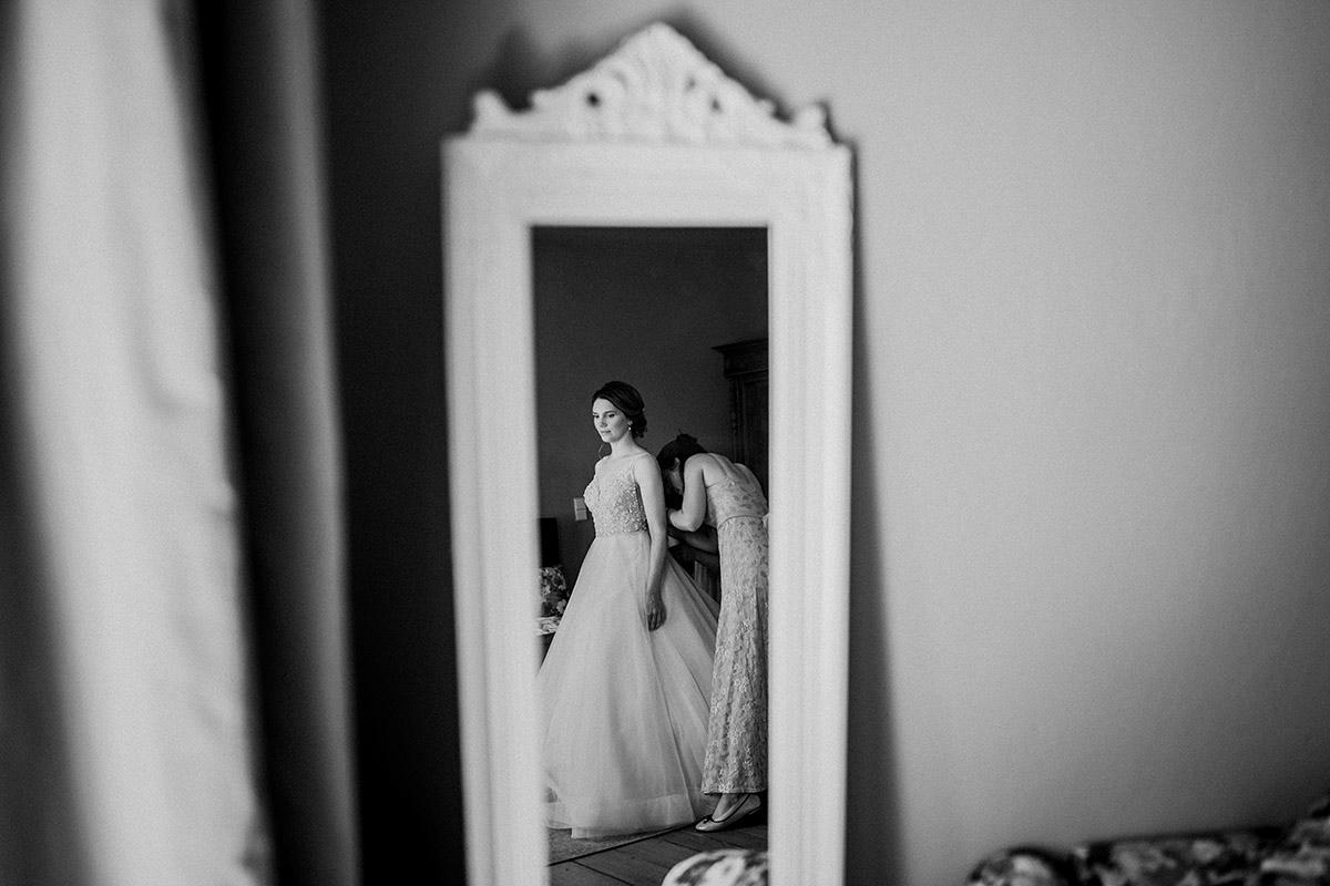 Idee künstlerisches Hochzeitsfoto Ankleiden Braut im Spiegel - Schloss Blankensee Hochzeit Hochzeitsfotograf Berlin © www.hochzeitslicht.de