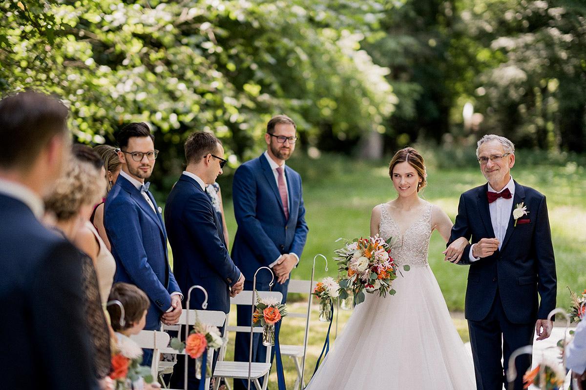 Hochzeitsfoto Einzug Braut Brautkleid Prinzessin Tüll lange Schleppe Perlen Spitze - Schloss Blankensee Hochzeit Hochzeitsfotograf Berlin © www.hochzeitslicht.de