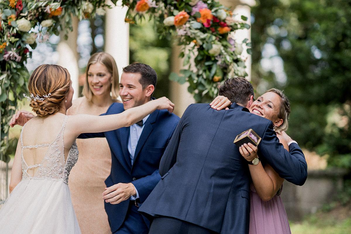 Hochzeitsfoto Gratulation freie Trauung Trauzeugen - Schloss Blankensee Hochzeit Hochzeitsfotograf Berlin © www.hochzeitslicht.de