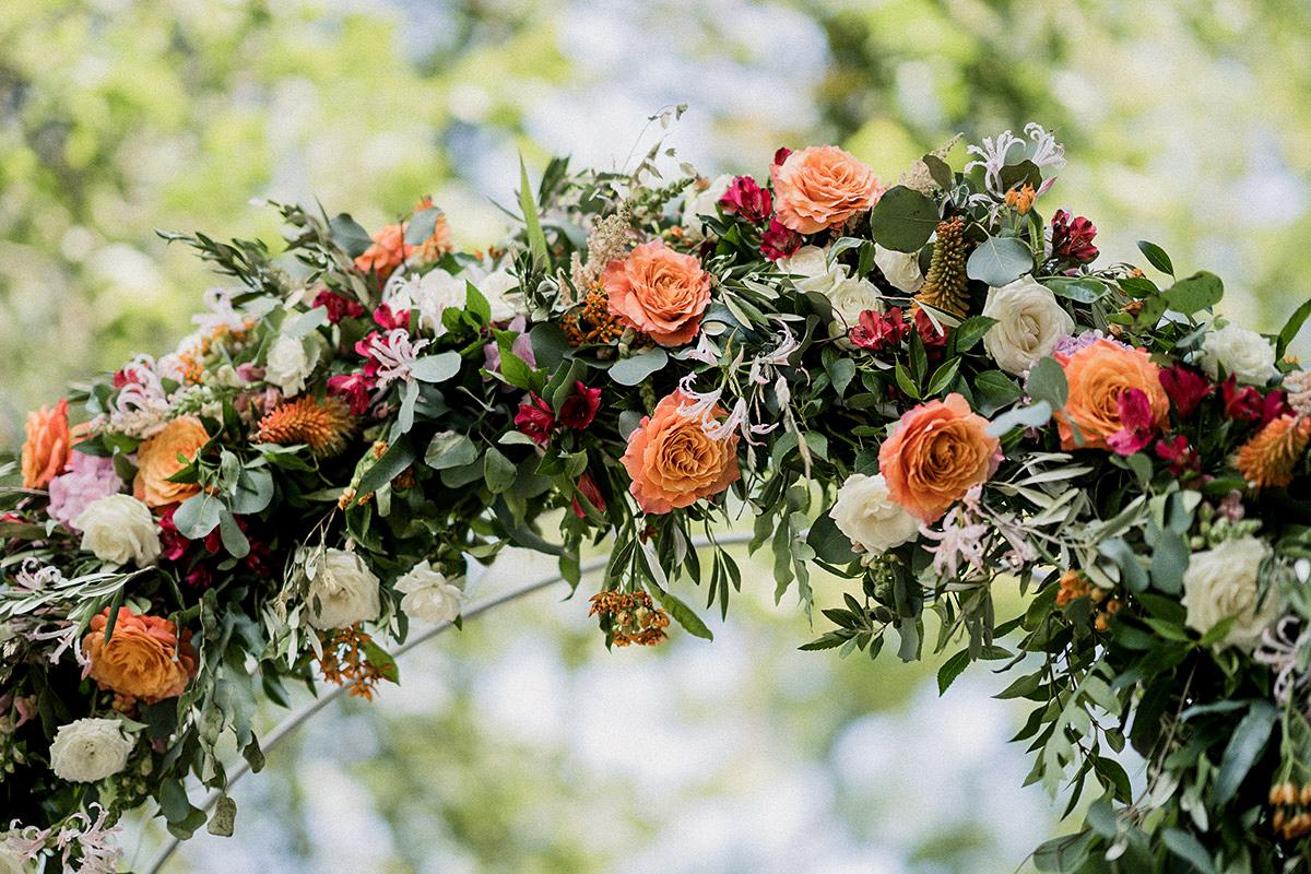 Idee Blumendeko DIY Hochzeit Blumenbogen Rosen rot orange weiß Eukalyptus - Schloss Blankensee Hochzeit Hochzeitsfotograf Berlin © www.hochzeitslicht.de