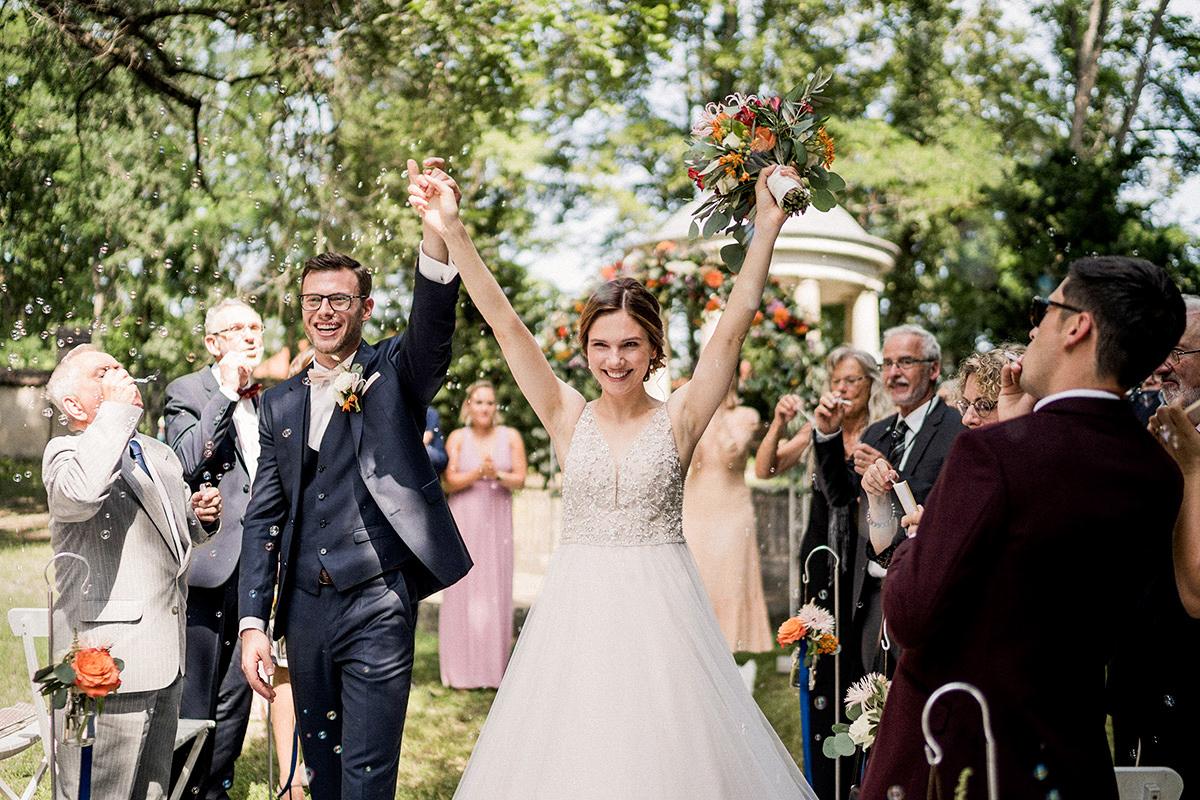 Hochzeitsfoto Inspiration Auszug Brautpaar freie Trauung draußen Gäste Spalier Seifenblasen - Schloss Blankensee Hochzeit Hochzeitsfotograf Berlin © www.hochzeitslicht.de