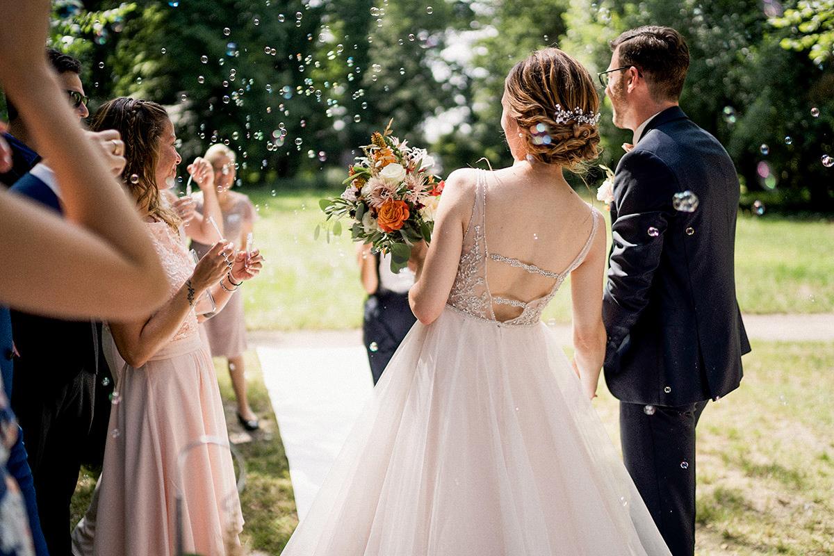 Hochzeitsfotografie Idee Gratulation Gäste Auszug Brautpaar nach freier Trauung Seifenblasen Spalier - Schloss Blankensee Hochzeit Hochzeitsfotograf Berlin © www.hochzeitslicht.de