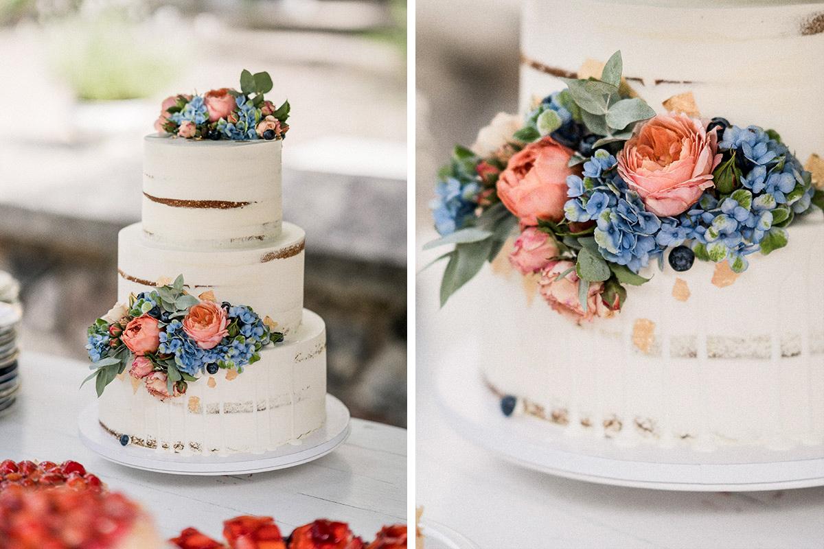 Idee dreistöckige schlichte Hochzeitstorte weiß naked cake ohne Fondant mit Blumen Sommerhochzeit - Schloss Blankensee Hochzeit Hochzeitsfotograf Berlin © www.hochzeitslicht.de