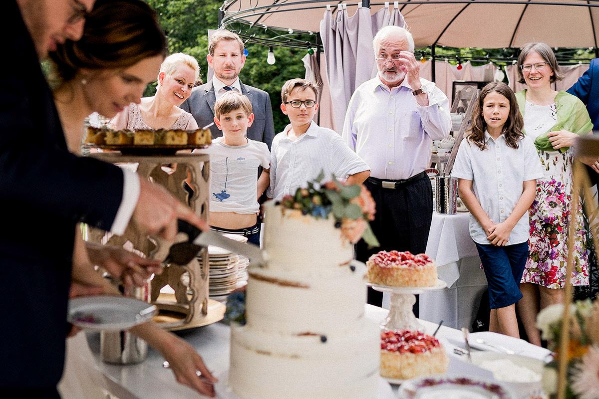 Hochzeitsfoto Sommerhochzeit Hochzeitstorte - Schloss Blankensee Hochzeit Hochzeitsfotograf Berlin © www.hochzeitslicht.de