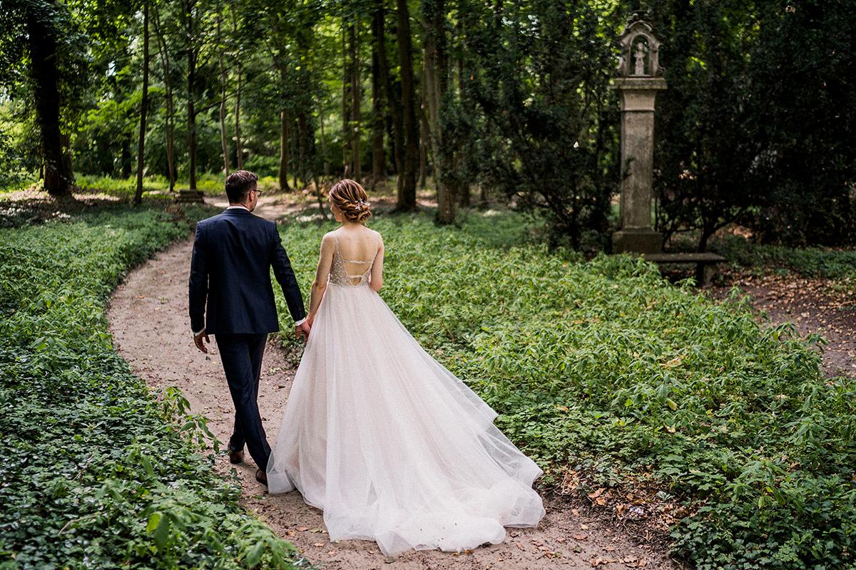 Brautpaar Fotoshooting Natur Schlosspark elegante Landhochzeit - Schloss Blankensee Hochzeit Hochzeitsfotograf Berlin © www.hochzeitslicht.de