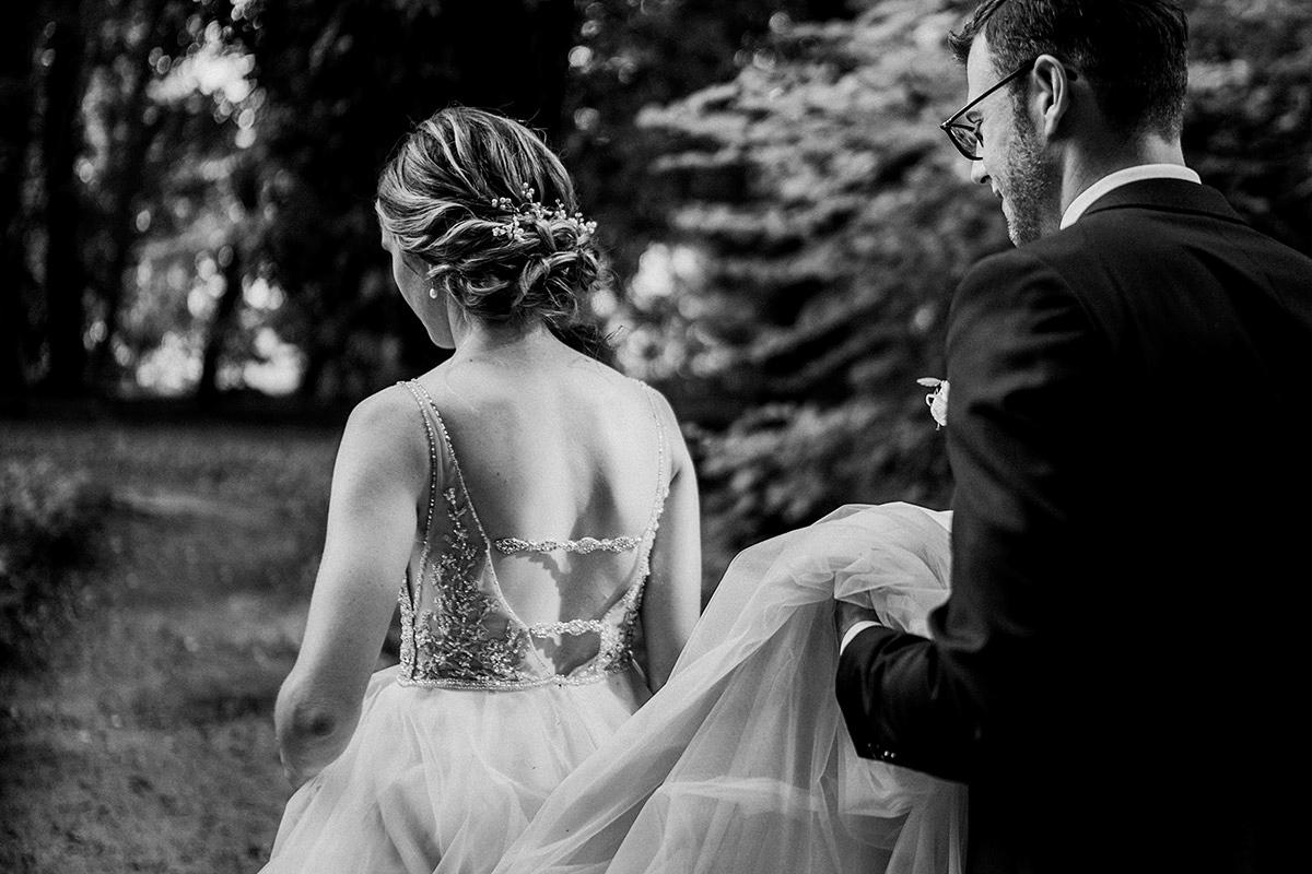 Hochzeitsreportagefoto Brautpaar Brautkleid rückenfrei mit Perlenbesatz und Schleppe - Schloss Blankensee Hochzeit Hochzeitsfotograf Berlin © www.hochzeitslicht.de