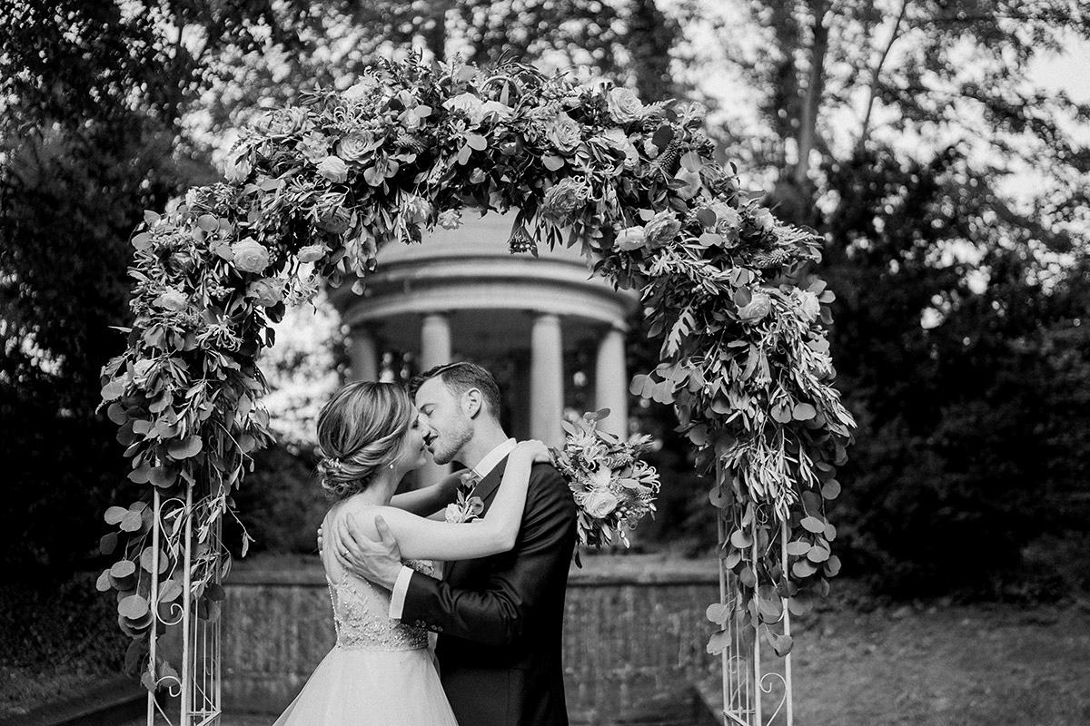 Idee romantisches Brautpaarfoto vor Traubogen - Schloss Blankensee Hochzeit Hochzeitsfotograf Berlin © www.hochzeitslicht.de