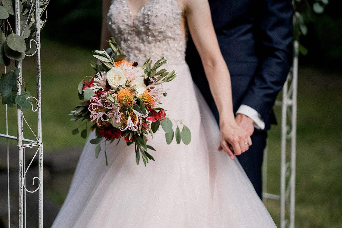 Hochzeitsfoto Brautstrauß Sommerhochzeit bunt satte Farben rot orange weiß Eukalyptus- Schloss Blankensee Hochzeit Hochzeitsfotograf Berlin © www.hochzeitslicht.de